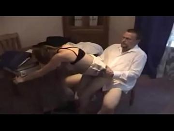 Пузатый мужикан долбит на столе Курскую студентку