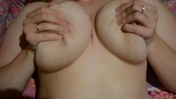 Жена мастурбирует мужу, предварительно ласкает себе передок.
