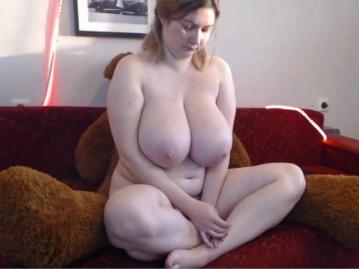 Русская женщина с огромными сиськами и ее медвежонок