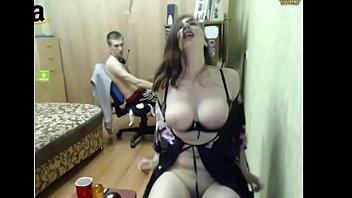Возбужденная подруга мастурбирует, пока парень играет