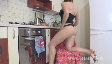 Джиллиан раздевается и втирается в кухню
