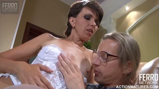 Дружина прийшла до чоловіка в білизні і влаштувала з ним жарку прелюдію