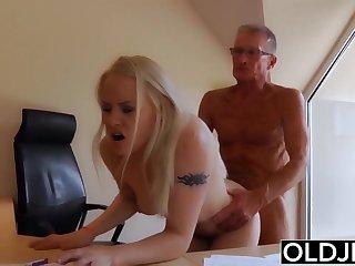 Русская секретарша возбудила старого шефа и занялась с ним сексом в кабинете.