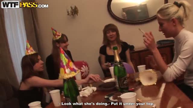 Дівчата святкують на роботі днюху співробітника і готові віддатися йому мимохідь