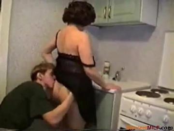 Мама выебанная на своей кухне