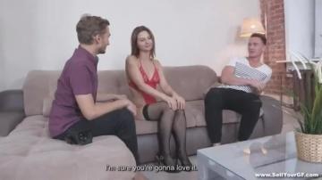 Парню нравится быть режиссером порно когда его девушку Marion трахает другой