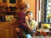 Російська мама Анна трахет сына в парике на кухне