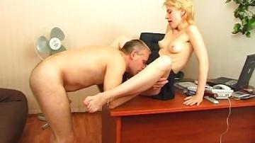 Блонди секритутку Trinity шеф чпокает на столе