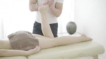 Клиентка нежно вцепилась в коки массажиста.