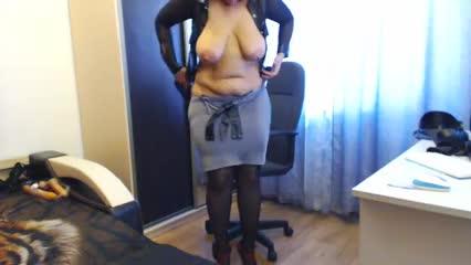 Пышная дама примеряет наряды для своих подписчиков