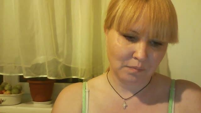 Зрелая блондинка из Пскова показывает сиськи по вебке он-лайн.