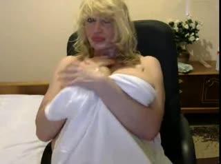 Очень шаловливая грудастая тетка дуркует в приватчате