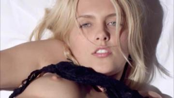 Саша Блондинка Свое Красивое очко тыкает пальчиками