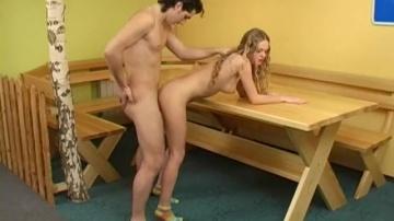 Брат и сестра шпилятся на деревянном столе