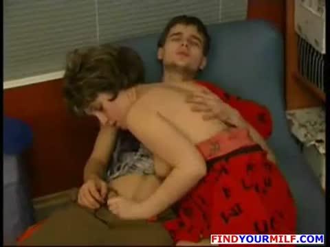 Мачеха инцестом утешает опечаленного сына и трахает его
