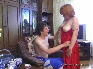 Великолепная горячая мама с большими сиськами трахалась с сыном