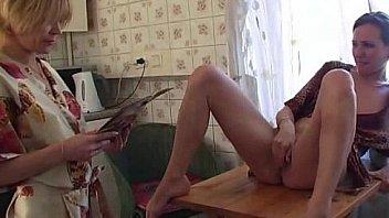 Русская большая семья - мать и кузина вылизывание кисок на кухне