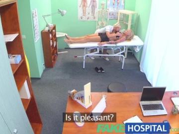 Шикарная русская блондинка похоже, любит шикарных медсестер