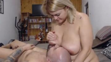 Веб-камера с большими дойками шаловливая бабеха грудью водит по лицу своего мужика