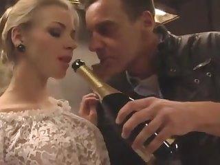 Пьяные русские крсавицы трахаются за шампанское.