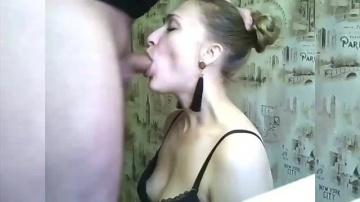 Жена глубоко заглатывает член в откровенном видео