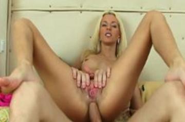 Блондинка шлюха получает в задницу трах