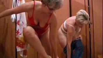 Две взрослые тетки в русской сауне