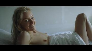 Молодая блонда светит свои сиськи в хорошем сериале