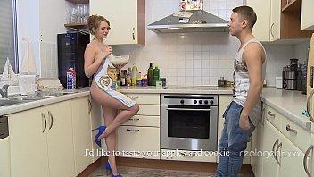 Богиня російської краси, з задоволенням, експериментуючи на кухні гола