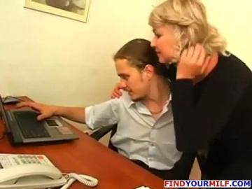 Веселая зрелая секретутка пристает к молодому боссу