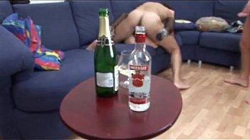 Пьяную блондинку Риту пердолят два парня