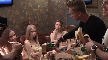 Русские студенты колледжа веселятся дома