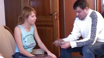 Отец дал бабло другу что бы тот протрахаел его дочку.