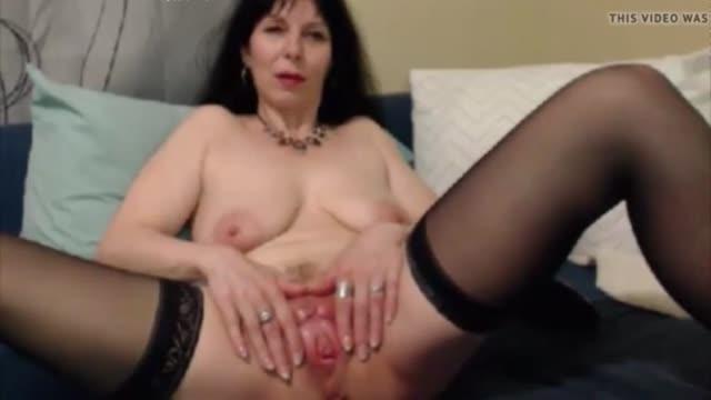 Что бы зрители ее веб чата не скучали зрелая баба раздвигает свою вагину