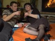 Молодой парнь трахает русскую матрену в чулках у камина