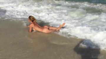 delilah g голая резвится у моря смотреть онлайн