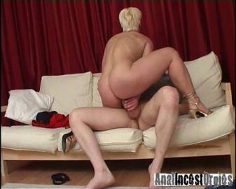 Сынок трахает маму в толстую жопу