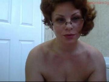 Форменная мамаша в очках после чата моется в душе.