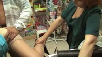 Дамочка в магазине проходит испытательный срок.
