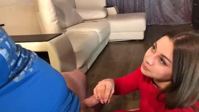 Молодая девушка играет с членом своего нового друга