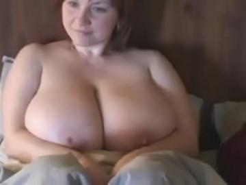 Русская мамчеля играет своими огромными сиськами 1