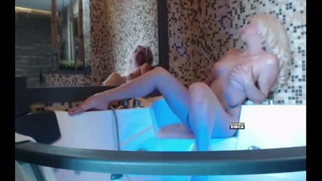 Голубоглазая блондинка Саша в Ванной