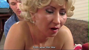 Мама смотря фильмец за одно при сунула свою игрушку себе в пельмень