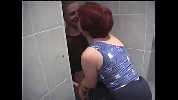 В туалете молодой сынок получает счастье с русской зрелой мамой