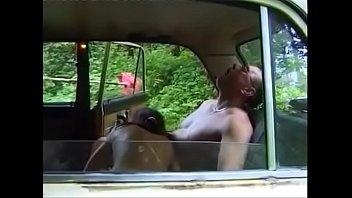 Русская пара трахается на машине в лесу