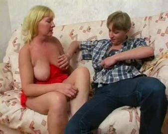 Молодой сынку трахает во всех позах мамачелю на диване