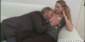 Старик соблазняет первую отличницу в классе