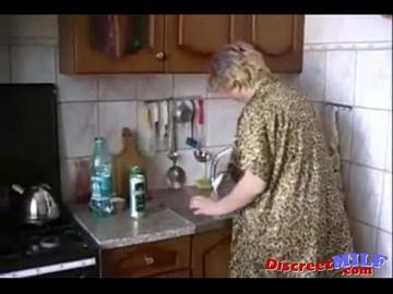 Русская мама Ирина, занимающаяся сексом на кухне с сыном