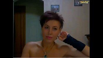 С короткой стрижкой мамаша и горячей попаю на веб-камеру