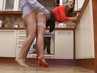 Зрелый мужик трахает домохозяйку на кухне
